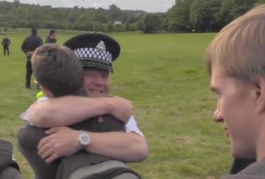 Police Umarmung