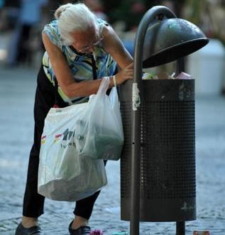 Müll durchwühlen