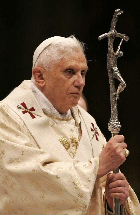 Gebogenes-Kreuz-Papst-Benedikt