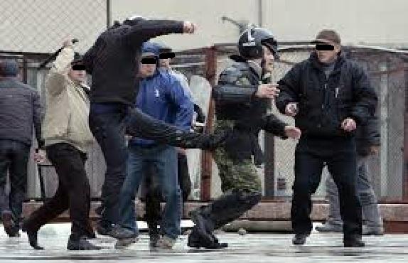 Polizei flüchtet vor Menschenmenge schwarze Balken