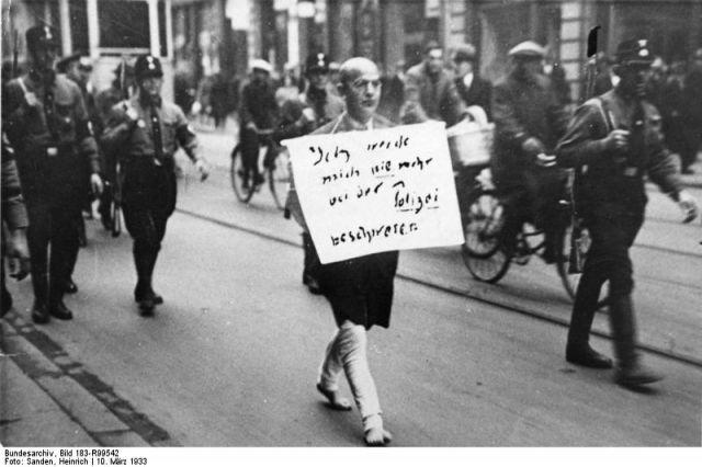 ADN-ZB/Archiv Deutschland unter dem faschistischen Terrorregime 1933-1945 Weltweit als Dokument der Schande für die Nazi-Schergen wurde dieses Foto vom März 1933. ein jüdischer Anwalt, der noch auf die Polizei als Hüterin von Recht und Ordnung vertraut hatte, wird von SA-Rowdys, die als Hilfspolizisten fungierten, über den Stachus in München getrieben. Der Mann, den das Bild zeigt, der Münchner Rechtsanwalt Dr. Michael Siegel, eines der ersten Opfer des braunen Terror-Regimes, war einer der wenigen, der es überlebte, obwohl er bis in die Kriegszeit hinein in Deutschland ausharrte. Er ist am 15. März 1983 [1979 verstorben] im 97. Lebensjahr in Lima (Peru) gestorben. Foto: Heinrich Sanden