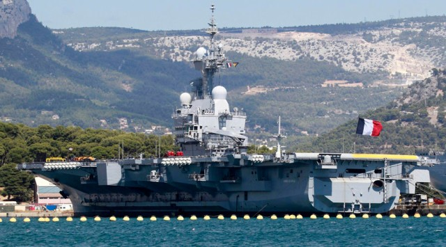 The French nuclear-powered aircraft carrier Charles de Gaulle is seen in the Mediterranean port in Toulon, August 28, 2013. France's President Hollande said on Tuesday that France stood ready to punish those behind a chemical attack on civilians in Damascus last week and would increase its military support to the Syrian opposition. The French parliament will hold an extraordinary session on September 4 to discuss the situation in Syria, a government spokeswoman said. REUTERS/Stringer (FRANCE - Tags: MILITARY CONFLICT POLITICS) - RTX12YXF
