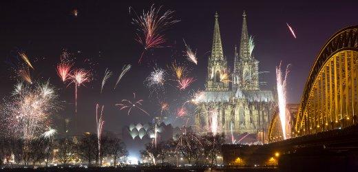 Feuerwerkskörper explodieren am 01.01.2016 in Köln (Nordrhein-Westfalen) über der Kulisse der Altstadt und des Doms. Tausende Menschen feiern in Nordrhein-Westfalen den Jahreswechsel. Foto: Maja Hitij/dpa +++(c) dpa - Bildfunk+++