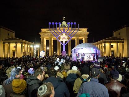 Zahlreiche Menschen sind zum Jüdischen Lichterfest Chanukka in Berlin gekommen. Foto: Jörg Carstensen